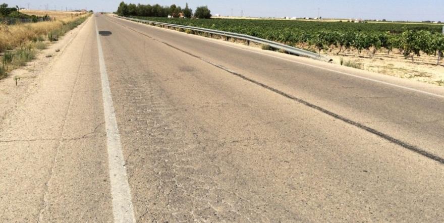 Pavimento en mal estado: baches, grietas y pérdida de material bituminoso. Marcas viales desgastadas./ AEC